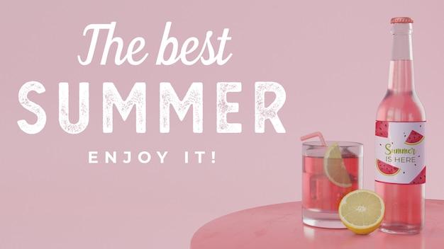 Verre à soda aux fruits et bouteille sur la table
