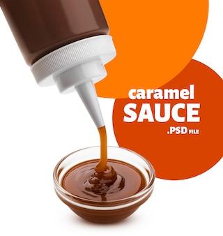 Verser la sauce au caramel avec bouteille isolé sur fond blanc