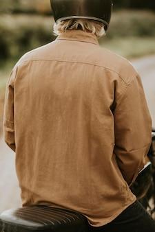 Veste maquette psd sur la vue arrière du modèle homme urbain homme