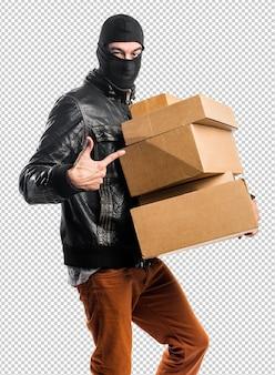 Voleur tenant des boîtes