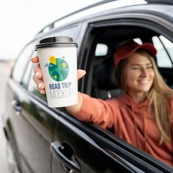 Voyageur tenant une maquette de tasse de café