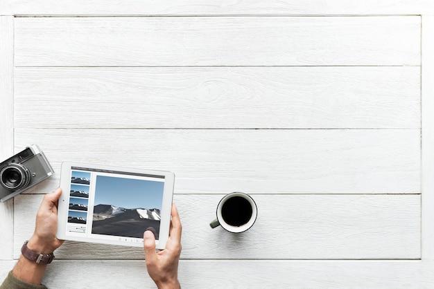 Vue aérienne de la tablette numérique sur le concept de hobby de photographie de table en bois