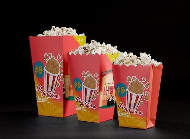 Vue avant du pop-corn de cinéma en ordre croissant