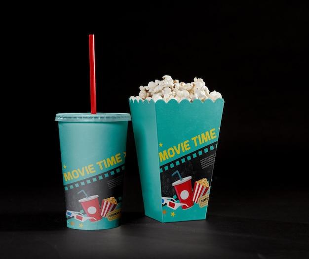 Vue avant du pop-corn de cinéma avec tasse et paille