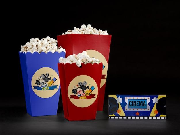 Vue avant du pop-corn de cinéma avec ticket