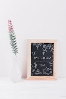 Vue avant du vase avec maquette de plante et cadre