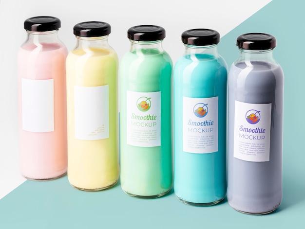 Vue avant de la maquette de boisson smoothie aux fruits biologiques