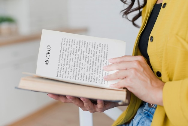 Vue côté, femme, lecture, depuis, a, livre maquette