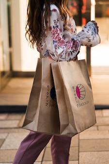 Vue côté, femme, tenue, sacs provisions