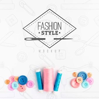 Vue de dessus assortiment d'accessoires de couture avec maquette