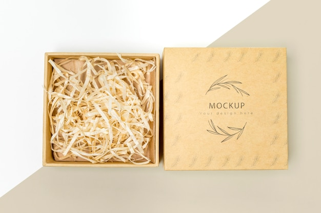 Vue de dessus de la boîte-cadeau écologique avec maquette de papier déchiqueté