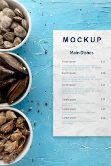 Vue de dessus des bols avec différents fruits de mer et menu