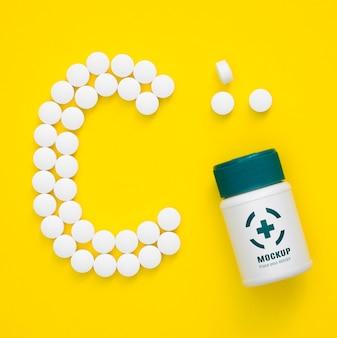 Vue de dessus de la bouteille avec des pilules en forme de c