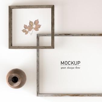 Vue de dessus des cadres pour la décoration de la maison avec vase