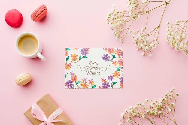 Vue de dessus de carte avec cadeau et fleurs