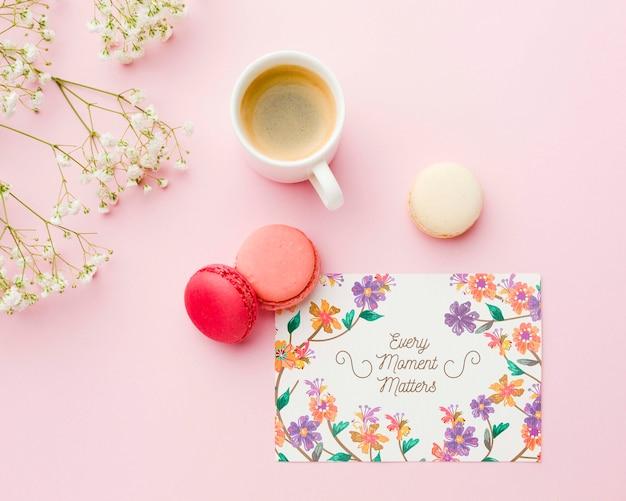 Vue de dessus de la carte avec des macarons et une tasse de café
