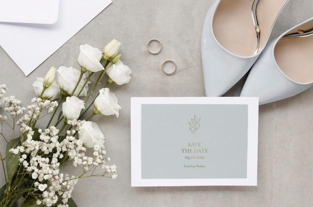 Vue de dessus de la carte de mariage avec des chaussures et des roses