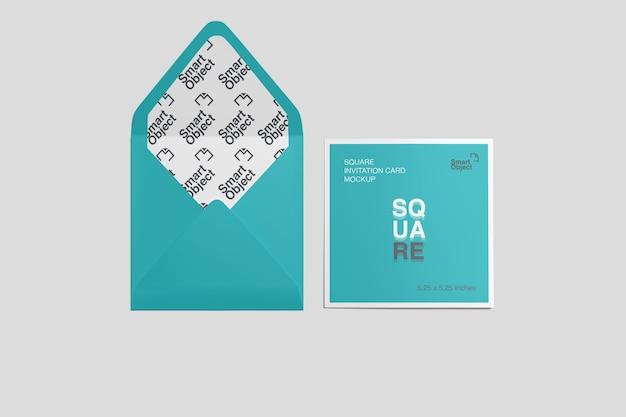 Vue de dessus de la carte postale carrée et de la maquette d'enveloppe