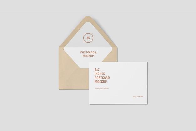 Vue de dessus d'une carte postale horizontale et d'une maquette d'enveloppe