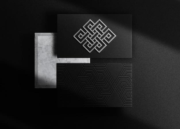 Vue de dessus de la carte de visite de la maquette du logo en relief argenté de luxe