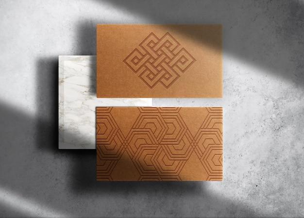Vue de dessus de la carte de visite de la maquette du logo en relief en papier brun de luxe