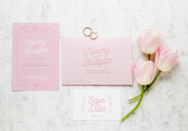 Vue de dessus des cartes de mariage avec anneaux et fleurs