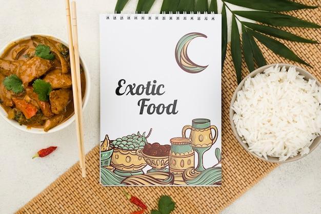 Vue de dessus le concept de nourriture exotique avec maquette