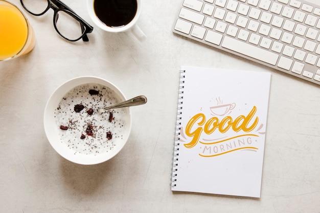 Vue de dessus le concept de petit déjeuner du matin avec du jus
