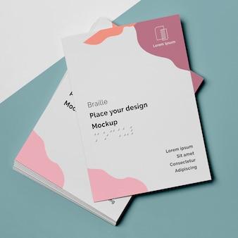 Vue de dessus des conceptions de cartes de visite avec braille