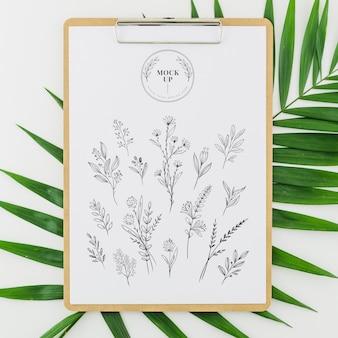 Vue de dessus dessin floral sur le dessus des feuilles