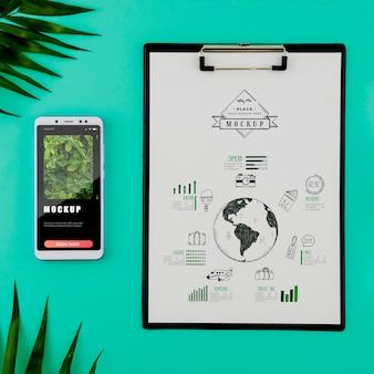 Vue de dessus, dessin sur presse-papiers avec téléphone mobile