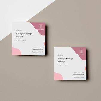 Vue de dessus de deux cartes de visite avec un design en braille