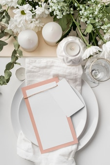 Vue de dessus de la disposition de la table avec bougies et maquette de menu de printemps