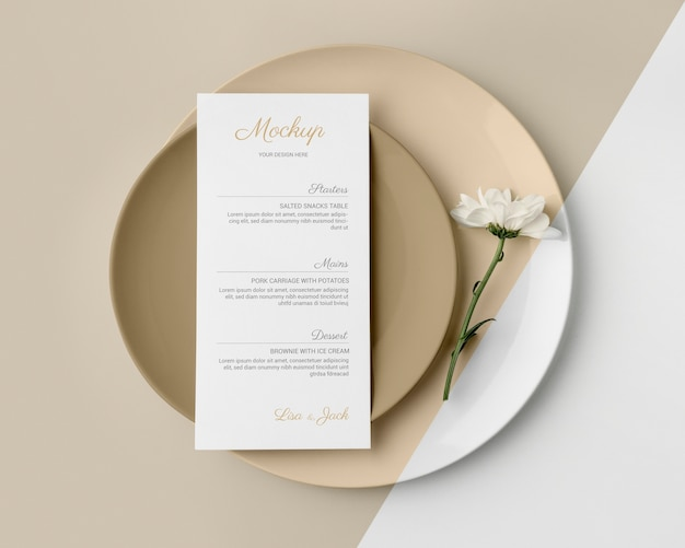 Vue de dessus de la disposition de la table avec maquette de menu de printemps et assiettes