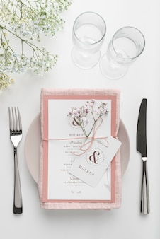 Vue de dessus de la disposition de la table avec maquette de menu de printemps et couverts