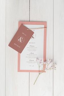Vue de dessus de la disposition de la table avec maquette de menu de printemps et fleur