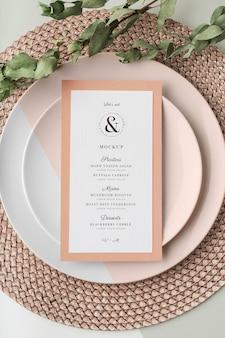 Vue de dessus de la disposition de la table avec maquette de menu de printemps et napperon