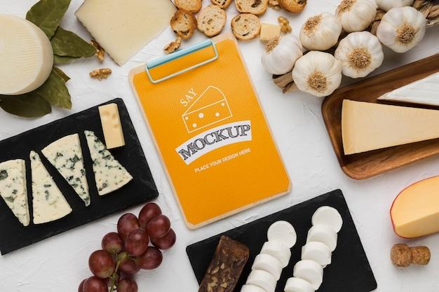 Vue de dessus du bloc-notes avec du fromage et de l'ail