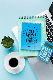 Vue de dessus du bureau avec des cahiers et du café