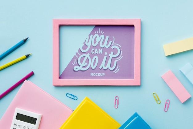 Vue de dessus du bureau avec des crayons et un cadre