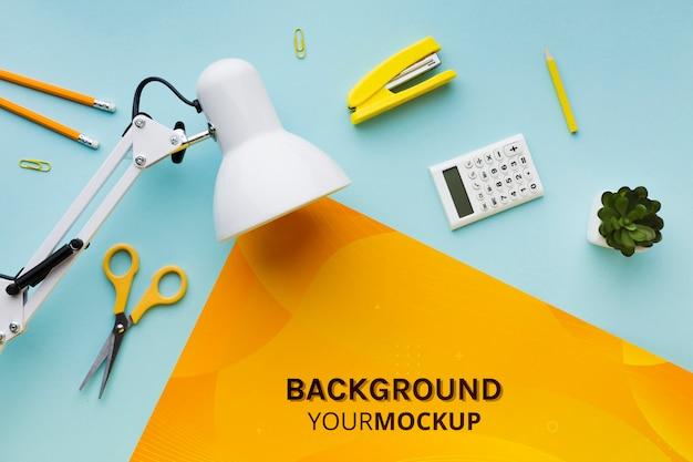 Vue de dessus du bureau avec lampe et plante