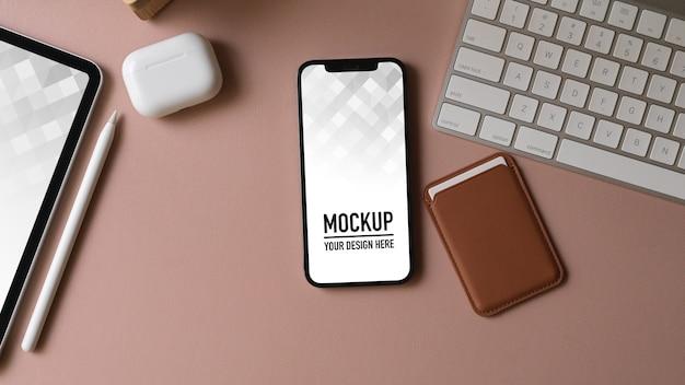 Vue de dessus du bureau avec maquette de smartphone