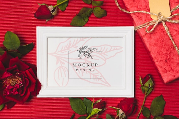Vue de dessus du cadre cadeau avec des roses