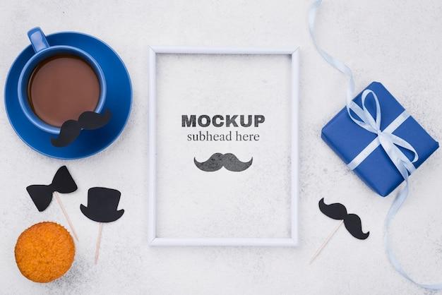 Vue de dessus du cadre avec café et cadeau pour la fête des pères