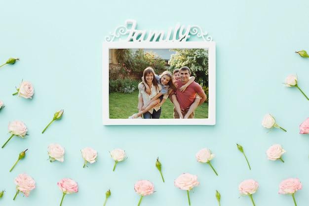 Vue de dessus du cadre familial avec des roses de printemps