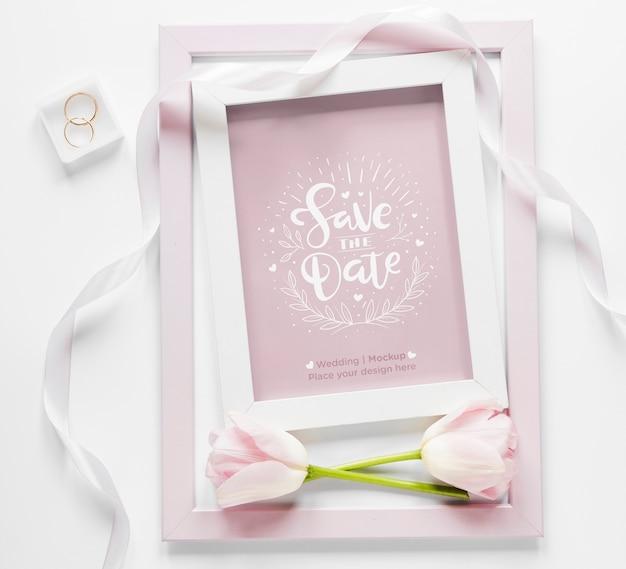Vue de dessus du cadre de mariage avec tulipes et ruban