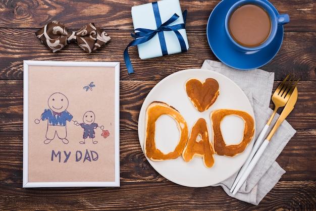 Vue de dessus du cadre avec plaque de crêpes pour la fête des pères