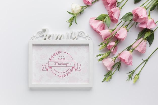 Vue de dessus du cadre avec des roses roses