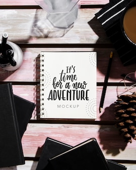Vue de dessus du cahier sur le bureau avec des lunettes et du café