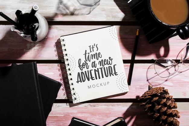 Vue de dessus du cahier sur le bureau avec pomme de pin et café